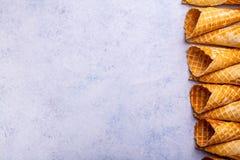 De kegel van het wafelroomijs op een lichte achtergrond Royalty-vrije Stock Afbeeldingen