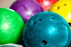 De kegelenballen in tien spelden of kegelbaan Stock Afbeeldingen