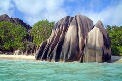 De keien van het graniet op leeg strand Stock Foto's
