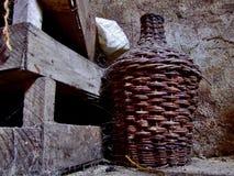 De kelder van de wijn in een oud geruïneerd huis Stock Afbeelding