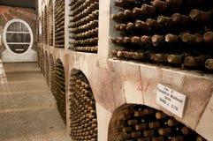 De kelder van de wijn met de flessen stock afbeeldingen