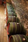 De kelder van de wijn met vaten Royalty-vrije Stock Afbeelding