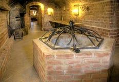 De kelderverdieping van het kasteel, een put. Stock Foto