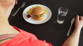 De Kelner Changing Healhy Food aan Snel Voedsel stock videobeelden