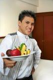 De kelner die van de bediening op de kamer fruit toont Royalty-vrije Stock Afbeelding