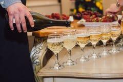 De kelner giet champagne Stock Foto's