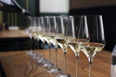 De kelner giet champagne in de glazen stock foto
