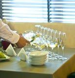 De kelner giet wijn in glazen Royalty-vrije Stock Fotografie