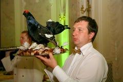 De kelner met het dienblad in een Russisch restaurant Stock Fotografie