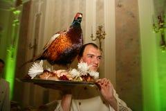 De kelner met het dienblad in een Russisch restaurant Stock Afbeeldingen