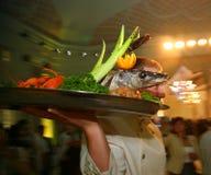 De kelner met het dienblad in een Russisch restaurant Stock Foto