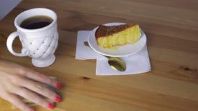 De kelner neemt geld voor thee en pastei stock videobeelden