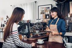 De kelner van Azië Barista neemt orde van klant in koffiewinkel, koffie stock afbeeldingen
