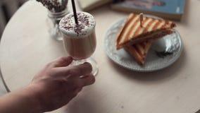 De kelner zet de koffie op de lijst stock video