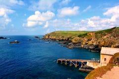 De Keltische Zee en een oud huis van pijlervissers in Cornwall, Engeland Stock Afbeelding