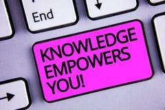 De Kennis van de handschrifttekst machtigt u roept Concept die verantwoordelijk Onderwijs betekenen om uw purpere sleutel van het stock afbeeldingen