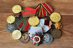 De kentekens en de orden van de USSR Toekenning voor moed Het geheugen van de overwinning Stock Foto