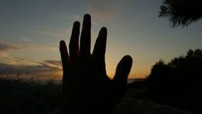 De kerel bekijkt de hand en de vingers stock videobeelden