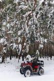De kerel berijdt een motorfiets in een sneeuwweer stock afbeeldingen