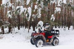 De kerel berijdt een motorfiets in een sneeuwweer stock foto