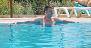 De kerel bij de pool stock videobeelden