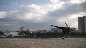 De kerel danst trucs op de straat stock video