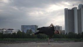 De kerel danst trucs op de straat stock videobeelden