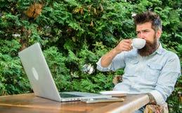 De kerel drinkt de takkenachtergrond van het koffie ontspannende terras aromacappuccino Prettig ogenblik Maakt mensen gebaarde hi royalty-vrije stock fotografie