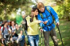 De kerel en het meisje bekijken kaart op pauze stock afbeeldingen