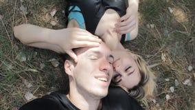 De kerel en het meisje liggen op de grond en maken selfie stock video