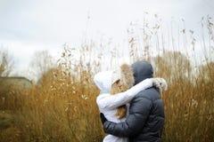 De kerel en het meisje lopen in het de herfstpark stock afbeelding