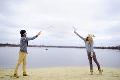 De kerel en het meisje lopen op de rivier royalty-vrije stock fotografie