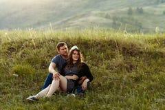 De kerel en het meisje rusten in de bergen, reis, het kamperen, Valentine ` s, Europa, in liefde Royalty-vrije Stock Fotografie