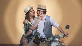 De kerel en het meisje zitten op een uitstekende autoped het paar in liefde raakt zacht elkaar stock video