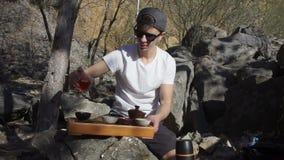 De kerel giet thee uit stock footage