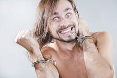 De kerel heeft zijn handcuffs afgebroken Stock Foto