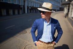 De kerel in de hoed op de straat royalty-vrije stock foto
