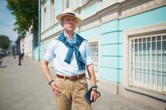 de kerel in de hoed op de straat stock afbeelding