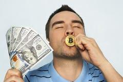 De kerel kust het muntstukgoud bitcoin zich verheugt van het winnen Stock Afbeeldingen