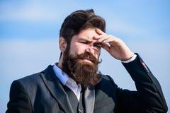 De kerel lijdt hoofdpijn aan zware dag Zware zaken Pijn en migraine Frustratie en teleurstelling onvergeeflijk stock afbeelding