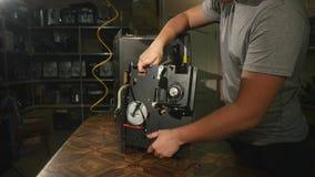 De kerel maakt delen van de koffiemachine los stock videobeelden