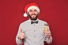 De kerel met een baard wenst Vrolijke Kerstmis royalty-vrije stock foto's