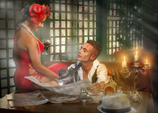 De kerel met het meisje in de koffie bij de lijst Royalty-vrije Stock Foto