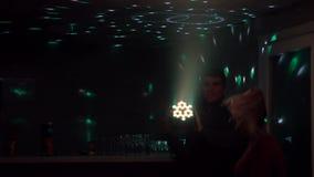 De kerel met het meisje die in een disco in de club dansen stock video