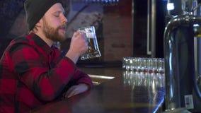 De kerel neemt bier bij de bar stock videobeelden
