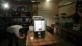 De kerel neemt de koffiemachine, tijdtijdspanne op stock videobeelden
