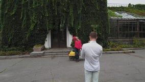 De kerel neemt een beeld van een meisje Geschoten op Hommel stock videobeelden
