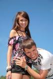De kerel omhelst meisje voor taille Royalty-vrije Stock Foto