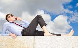 De kerel op het dak met een telefoon Royalty-vrije Stock Afbeelding