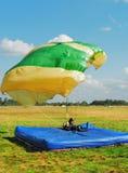 De kerel-parachutist is op een vloer-mat geland Stock Foto's